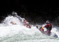 Rafting, canyoning, escursionismo Per le vie del centro Saranno presenti gruppi e associazioni di rafting, canyoning, escursionismo invernale con racchette. Per tutti quelli che vorranno entrare a contatto con il mondo della montagna.