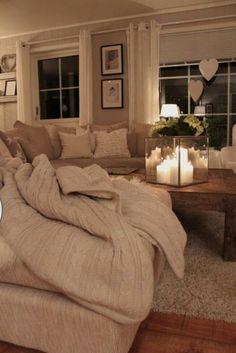 #beż w salonie przy świecach kreuje uroczą aurę