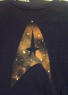 Star Trek Bleached T-Shirts Textiles, Bleaching Clothes, Bleach T Shirts, Bleach Art, Geek Crafts, T Shirt Diy, Fabric Painting, Shibori, Diy Clothes