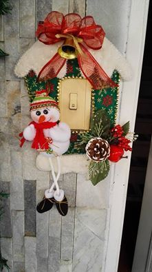 ENFEITES CRÉDITOS NA FOTO Christmas Porch, Christmas And New Year, Christmas Holidays, Christmas Wreaths, Xmas, Felt Christmas Decorations, Felt Christmas Ornaments, Felt Diy, Felt Crafts