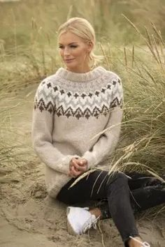 Takknemlig-genser - Viking of Norway Knitting Wool, Fair Isle Knitting, Hand Knitting, Knitting Patterns, Hand Knitted Sweaters, Cozy Sweaters, Icelandic Sweaters, Raglan, Sweater Design