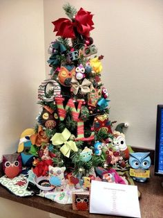Owl Themed Christmas Tree- I seriously need to do this!!! I think I will next year!