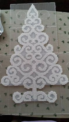 Christmas tree hama perler beads - Pattern: https://www.pinterest.com/pin/374291419010191356/