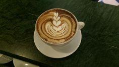 Cappuccino con cacao e latte aromatizzato al baileys