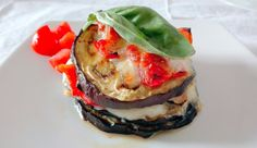 Millefoglie di melanzane e pesce spatola | Millefeuille of aubergine and fish, with tomatoes e mozzarella