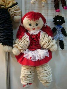 Esses bonecos são criação minha, mais devido a muitos pedidos coloco aqui como fiz os bonecos: Usei circunferencias de 23 cm para o corpo e braços, para mãos e pés de 15 cm e a cabeça de 19 cm lemb…