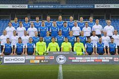 Spieler, Trainer- und Funktionsteam posieren fürs neue Mannschaftsfoto +++  Arminia stellt sich für die neue Saison auf