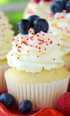 Lemon Whipped Cream of July Cupcakes Yummy Treats, Delicious Desserts, Sweet Treats, Yummy Food, Berry Cupcakes, Cupcake Cookies, Cupcake Recipes, Baking Recipes, Dessert Recipes