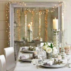 Feel like making a pretty decoration for your Christmas table? The magic of Christmas also happens with the table decoration. Christmas Table Settings, Christmas Tablescapes, Christmas Table Decorations, Decoration Table, Holiday Tablescape, Holiday Dinner, Fireplace Decorations, Christmas Candles, Winter Holiday