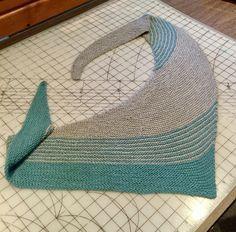 Nemt, asymmetrisk sjal, der kan varieres på et utal af måder, både med farver og striber. Her i 100 % Superwash uld på pinde 4. Læs mere ... Knitted Poncho, Knitted Shawls, Crochet Shawl, Knit Crochet, 1940s Hairstyles, Crochet Blocks, Drops Design, Mittens, Knitting Patterns