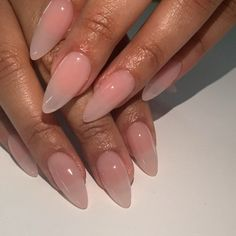 Semi-permanent varnish, false nails, patches: which manicure to choose? - My Nails Almond Nails French, Almond Shape Nails, Almond Acrylic Nails, Best Acrylic Nails, Long Almond Nails, Almond Nail Art, Diy Nails, Cute Nails, Pretty Nails