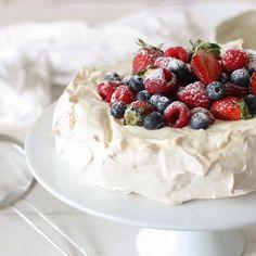Pavlova Recipe – Recipes by Carina Pavlova Rezept – Rezepte von Carina Tolle Desserts, Köstliche Desserts, Great Desserts, Healthy Desserts, Delicious Desserts, Dessert Recipes, Fancy Desserts, Plated Desserts, Yummy Food