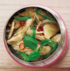 鶏ササミと長ねぎのオイスタースープ ポカポカ温まりたい日に。しょうがを使ったスープジャーレシピ。 マキアオンライン 材料 (1人分) 長ねぎ 1/2本 しょうが(薄切り) 1かけ分 鶏ササミ 1本 ■ A 塩、こしょう、酒 各少々 ■ B 鶏がらスープの素 小さじ1/2 オイスターソース、白ごま 各小さじ1 赤唐辛子(輪切り)、ごま油 各少々 ■ 三つ葉 4本 作り方 1 長ねぎは斜め切りにし、白い部分と青い部分に分けておく。 2 スープジャーに長ねぎの白い部分、しょうがを入れ、熱湯を注いでフタをし、2分温める。 3 具材が出ないよう内ブタを使って湯切りをする。 4 その間に、耐熱皿に鶏ササミをのせ、Aをふりかけ、ラップをしてレンジで約2分加熱し、あら熱がとれたらほぐす。 5 スープジャーにBと①のササミ、刻んだ三つ葉、長ねぎの青い部分を加え、内側の線の5㎜下まで熱湯を注いでフタをする。 6 軽く振ったら1時間おく。