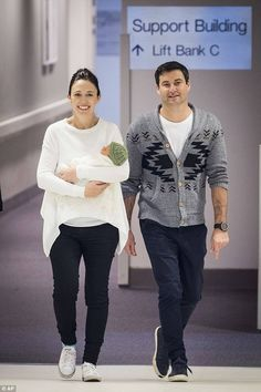 Prime Minister Of New Zealand, Jacinda Ardern - I love her style! Airport Attire, Head Of Government, Travel Chic, Female Head, Young Female, Love Her Style, Business Women, New Zealand, Normcore