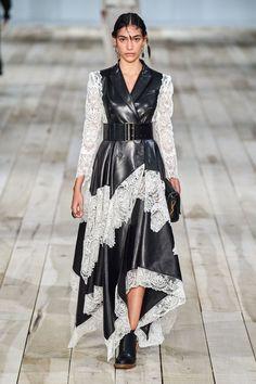 Alexander McQueen Spring 2020 Ready-to-Wear Fashion Show - Vogue 2020 Fashion Trends, Fashion Week, Fashion 2020, Runway Fashion, Fashion Outfits, Womens Fashion, Paris Fashion, Fashion Brands, Fashion Ideas