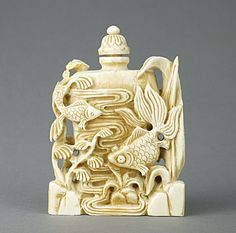 ANTIQUE JAPANESE CARVED IVORY SNUFF BOTTLE OF FISH