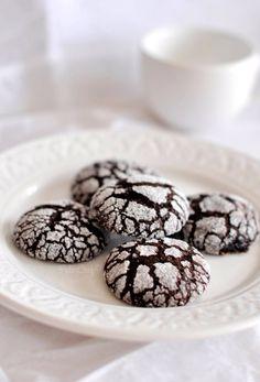 Haftayı yine bir kurabiye tarifi ile kapatıyorum. Bu hafta bu kurabiyeleri istek üzerine iki kez pişirdim ve yeniden pişirmek üzere istek aldım :) Çatlak kurabiyeler görünüşleri nedeniyle her zaman hoşuma gitmiştir. Bazı tarifler