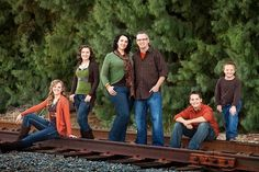 What to wear for family pictures - photography by keisha Fall Family Picture Outfits, Family Portrait Outfits, Family Photo Colors, Family Pictures What To Wear, Fall Family Portraits, Large Family Photos, Family Portrait Poses, Fall Family Pictures, Family Picture Poses