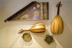 Unter den Zupfinstrumenten findet man die ältesten Musikinstrumente der Welt. Ein hochwertiger Fotodruck erinnert an die Geschichte und Entwicklung der Instrumente.