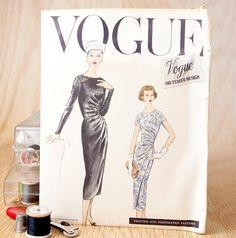 Dimensioni 14, Abito da sera di gonna Slim, w / overskirt raccolti sul lato sinistro, 1950 ' s Vogue (938) Vintage Sewing Pattern di lazydaysdesign su Etsy https://www.etsy.com/it/listing/109792131/dimensioni-14-abito-da-sera-di-gonna