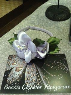 Mor satenden yapma çiçeklerle süslenmiş tac