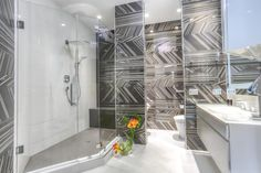 75 Walk-in Shower Designs for a Luxurious, Spa-Like Bathroom Contemporary White Bathrooms, Grey Modern Bathrooms, Modern Shower, Spa Inspired Bathroom, Spa Like Bathroom, Bathroom Ideas, Bathroom Showers, Bath Ideas, Bathroom Renovations