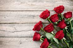 День Святого Валентина красных роз Букет на старый деревенский Деревянный столик stock photo