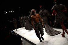 Modelo chino de 79 años brilló en pasarela de la Semana de la Moda de Beijing