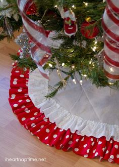 Beautiful ruffled tree skirt...nice detailed tutorial and it's no sew...Yay