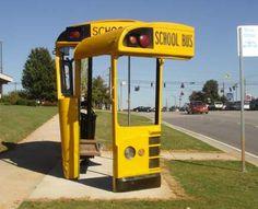Artista reaproveita carcaças de veículos escolares para fazer um ponto de ônibus