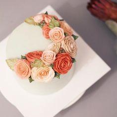 내가 만든 첫 플라워케이크. 예뻐요💕  #flowercake #flowers #cake  #buttercreamcake #studentswork #wilton #koreanflowercake #butter #フラワーケーキ#カップケーキ #japanesecake #am1122cake #wiltoncake #instacake #flower #buttercreamflowercake #플라워케이크 #버터크림 #수제케이크 #꽃스타그램 #케익스타그램 #플라워케익 #꽃케이크 #鲜花蛋糕 #플라워컵케익 #버터크림플라워케이크 #크리스마스케이크  Basic course 1st Flower cake