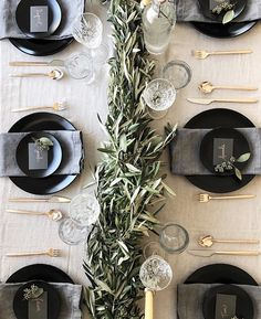 Ways to Set a Non-Stuffy Dinner Party Table the perfect place setting for Thanksgiving, Christmas, New Years or any dinner party!the perfect place setting for Thanksgiving, Christmas, New Years or any dinner party! Christmas Table Settings, Wedding Table Settings, Setting Table, Dinner Table Settings, Christmas Place Setting, Christmas Tables, Wedding Tables, Wedding Receptions, Beautiful Table Settings
