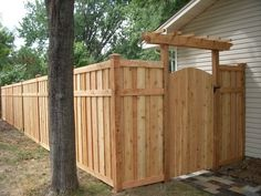 Looking for privacy fence ideas? Wether you're building your own fence or having fence panels installed, keeping your backyard private is a smart decision. fence Privacy Fence Ideas and Designs (For Your Backyard) Privacy Fence Decorations, Cheap Privacy Fence, Privacy Fence Landscaping, Privacy Fence Designs, Backyard Privacy, Diy Fence, Backyard Fences, Backyard Landscaping, Landscaping Ideas