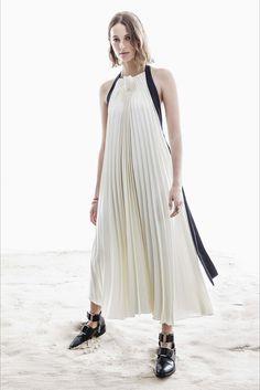 Guarda la sfilata di moda 3.1 Phillip Lim a New York e scopri la collezione di abiti e accessori per la stagione Pre-collezioni Primavera Estate 2017.