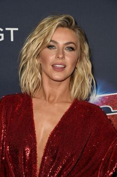 Julianne Hough Medium Wavy Cut - Julianne Hough looked tres chic with her wavy lob at the 'America's Got Talent' season 14 live show. Cheveux Julianne Hough, Julianne Hough Short Hair, Jennifer Connelly, America's Got Talent, Bob Tresses, Meghan Markle, Julianna Hough, Medium Hair Styles, Short Hair Styles