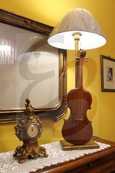 Lampada rustica in legno grezzo color noce scuro e lucidato ...