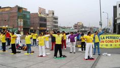 19/08/2006: En Santa Anita, personas aprendiendo los ejercicios de Falun Dafa.