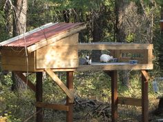 Rabbit Hutch with run. Basic idea of what I'm thinking for the rabbit/chicken coop Rabbit Pen, Duck Or Rabbit, Rabbit Farm, Raising Rabbits For Meat, Meat Rabbits, Bunny Cages, Rabbit Cages, Rabbit Information, Somebunny Loves You