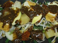 Resep Rujak Cingur Enak Kalau sudah berada di Surabaya atau daerah sekitar Jawa Timur, salah satu makanan yang paling dicari dan yang mencari ciri khasnya adalah rujak cingur. Rujak cingur merupakan salah satu makanan tradisional yang berasal dari kota Surabaya, Jawa Timur. Rujak cingur biasanya ditemanin dengan aneka sayur seperti…
