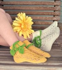 A wonderful delicate pattern resembling climbing vines covers this sock duo.