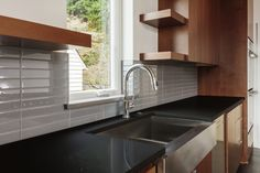 Amazing Modern Kitchen Sink Design Ideas With Farmhouse Style, If you smart enough to make a decision as to what design to get in for your kitchen, the cozy kitchen experience you'll get. Picking the kitchen desig. Modern Kitchen Sinks, Kitchen Sink Design, Double Bowl Kitchen Sink, Best Kitchen Designs, Modern Kitchens, Cozy Kitchen, New Kitchen, House Color Schemes, Kitchen Countertops
