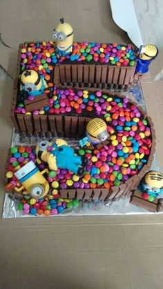 the Birthday we have a cake with Minions and Ca .- Beim Geburtstag haben wir einen Kuchen mit Minions und Candy, den jedes Kind lieben würde On the birthday we have a cake with minions and candy that every kid would love have - Fancy Cakes, Cute Cakes, Bolo Minion, Minion Cakes, Color Caramelo, Number Cakes, Number Birthday Cakes, Cake Birthday, Birthday Candy