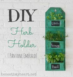 Beneath my heart DIY Pantone Emerald hanging herb garden tutorial roundup for landeelu dot com Diy Herb Garden, Indoor Garden, Craft Projects, Projects To Try, Heart Diy, Diy Planters, Container Gardening, Flower Gardening, Color Of The Year