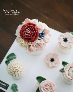 Rice cake. White Bean paste flower. Made by_student . .  비비케이크 www.vivi-cake.com vivicakeclass@gmail.com . . .  #flowercake #korea #design #cake #cupcakes #flowercakeclass #cakeclass #flowers #riceflower #koreaflowercake #koreanflowercake #piping #rice #riceflowercake #wilton #wiltoncake #ricecakeflowercake #koreanbuttercream #flowers #baking #beanpaste #beanpasteflower #seoul #hongdae #cakeicing #플라워케이크 #떡케이크 #플라워케이크떡케이크 #Ricecake #vivicake #비비케이크