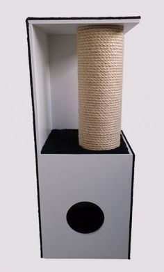Blok met paal: Deze unieke, handgemaakte krabpaal past zeer goed in een modern interieur. De zijkanten en bovenkant zijn voorzien van zacht, zwart tapijt. De liggedeeltes onderin en halverwege zijn voorzien van een pluche, zwarte stof. Tevens heeft de krabpaal een extra (16cm!) dikke paal, voorzien van 1cm dik sisaltouw. De opening voor het onderste liggedeelte heeft een doorsnede van 16cm.