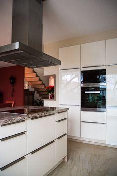 Hervorragend Moderne Küche   Glänzende Küchenfront In Weiß Sowie Eine Arbeitsplatte Aus  Naturstein.