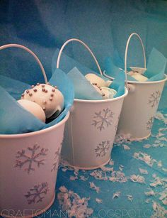 Craft-O-Maniac: DIY-Neighbor Gift- A pail of snow balls aka oreo cake balls Inexpensive Christmas Gifts, Christmas Food Gifts, Christmas Candy, All Things Christmas, Christmas Holidays, Christmas Cookies, Christmas Ideas, Oreo Cake Balls, Oreo Truffles