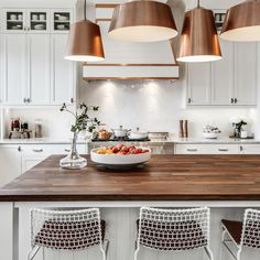 Copper and wood accents bring a warm and cozy feel to this beautiful white kitchen. Great look! 😍 📷 tricklecreekyyc For more inspiration visit our website. 😍  #kitchensofinsta #kitchensofinstagram #interiordesignlovers #myhouzz #homebeautiful #cozykitchen #designdetails #interiordesignjunkie #shelfdecor #openshelving #kitchenstuff #forevermarkcabinetry #fabuwood #nycdesigners #worldofinteriors #kitchenrenovation #kitchenremodel #decoradora #kitchentransformation