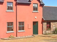 PRICE FROM £264.00 PW SLEEPS 6 BEDROOMS 3 BATHROOMS 2 PET FRIENDLY This is a delightful, modern cottage located in a courtyard setting in the village of Castlegregory, County Kerry and can sleep six people in three bedrooms.
