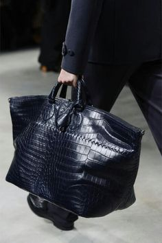 Bottega Veneta Fall 2013 Menswear Fashion Show – Men's style, accessories, mens fashion trends 2020 How To Have Style, My Style, Style Men, Tote Handbags, Purses And Handbags, Fashion Bags, Womens Fashion, Fashion Handbags, Man Fashion